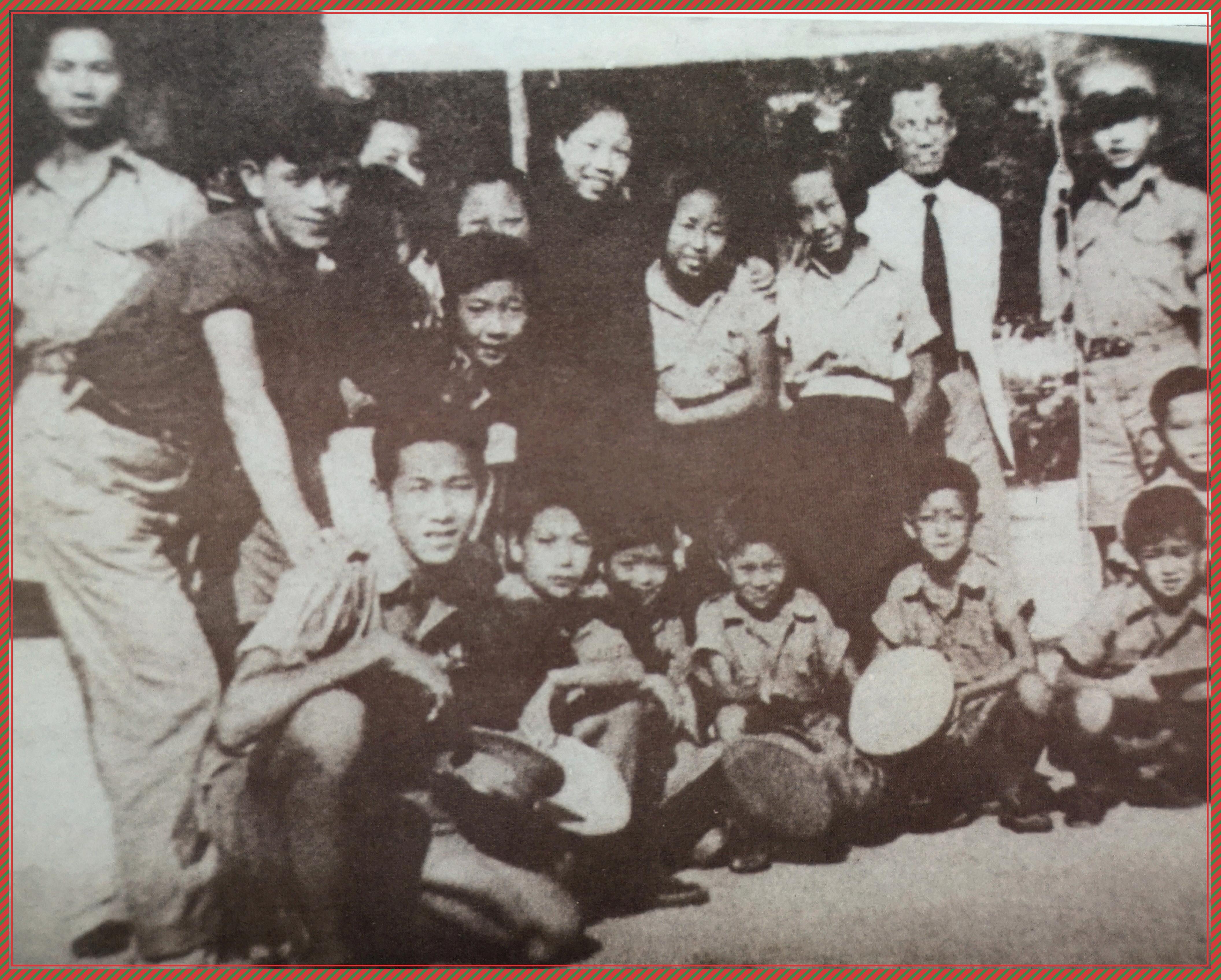 6、1938年邓颖超接见厦儿团她抱着的就是何妨-1.jpg