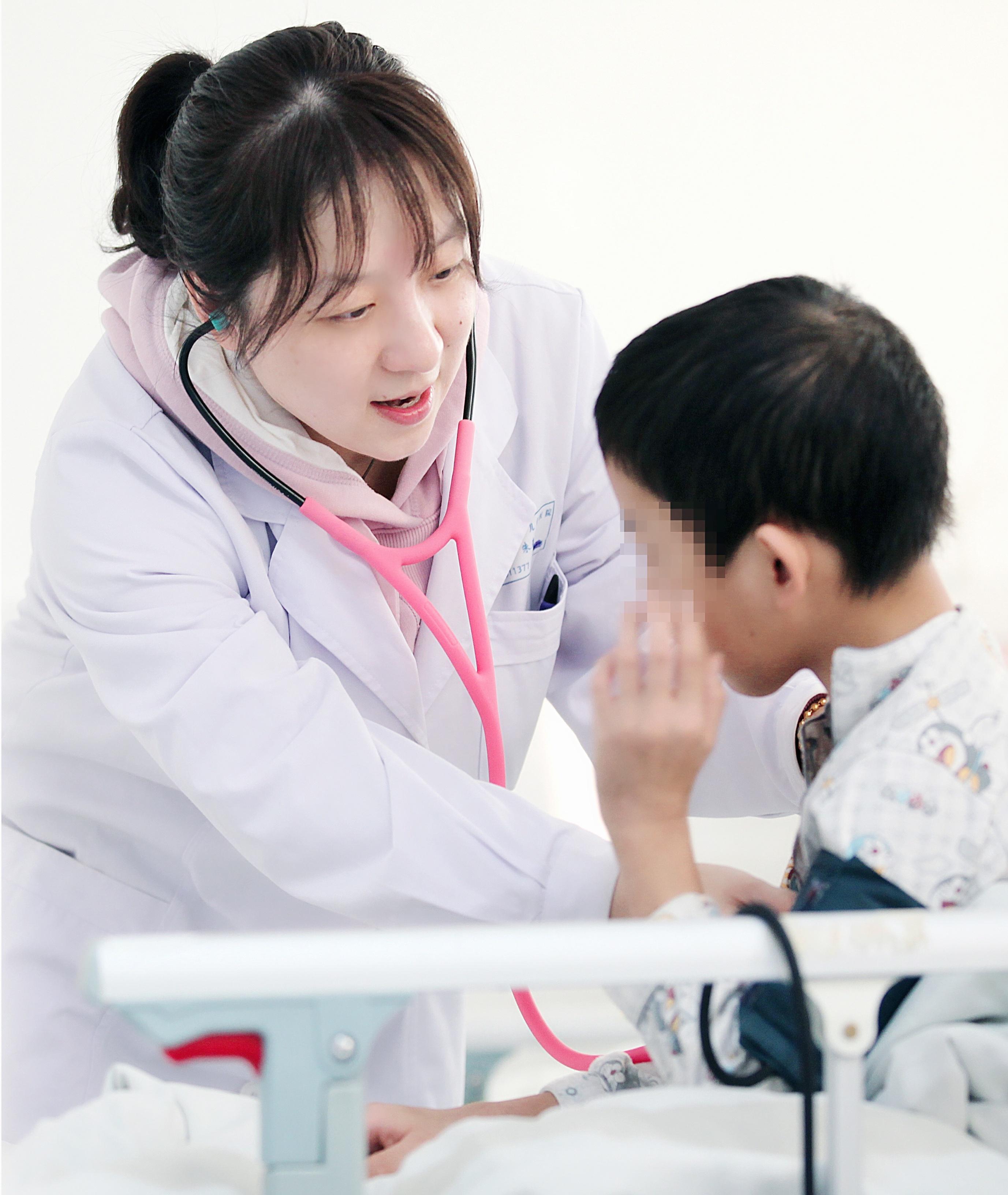 朱春华在为患儿做检查.jpg