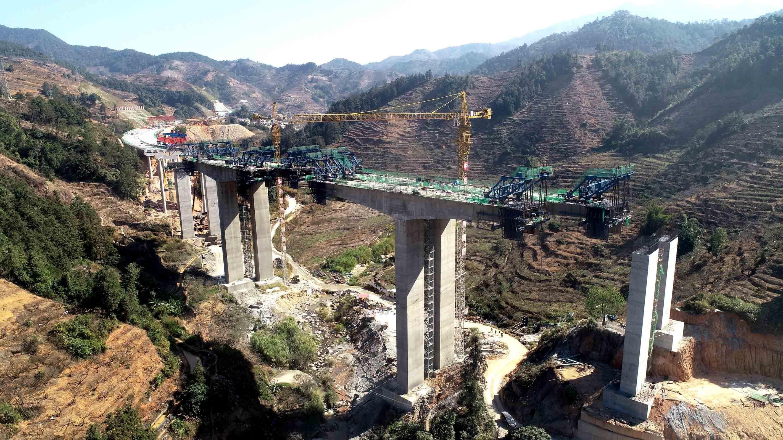 7、中铁十八局集团一公司承建的云茂高速响水大桥连续钢构施工(周振乾 伍振 摄).JPG
