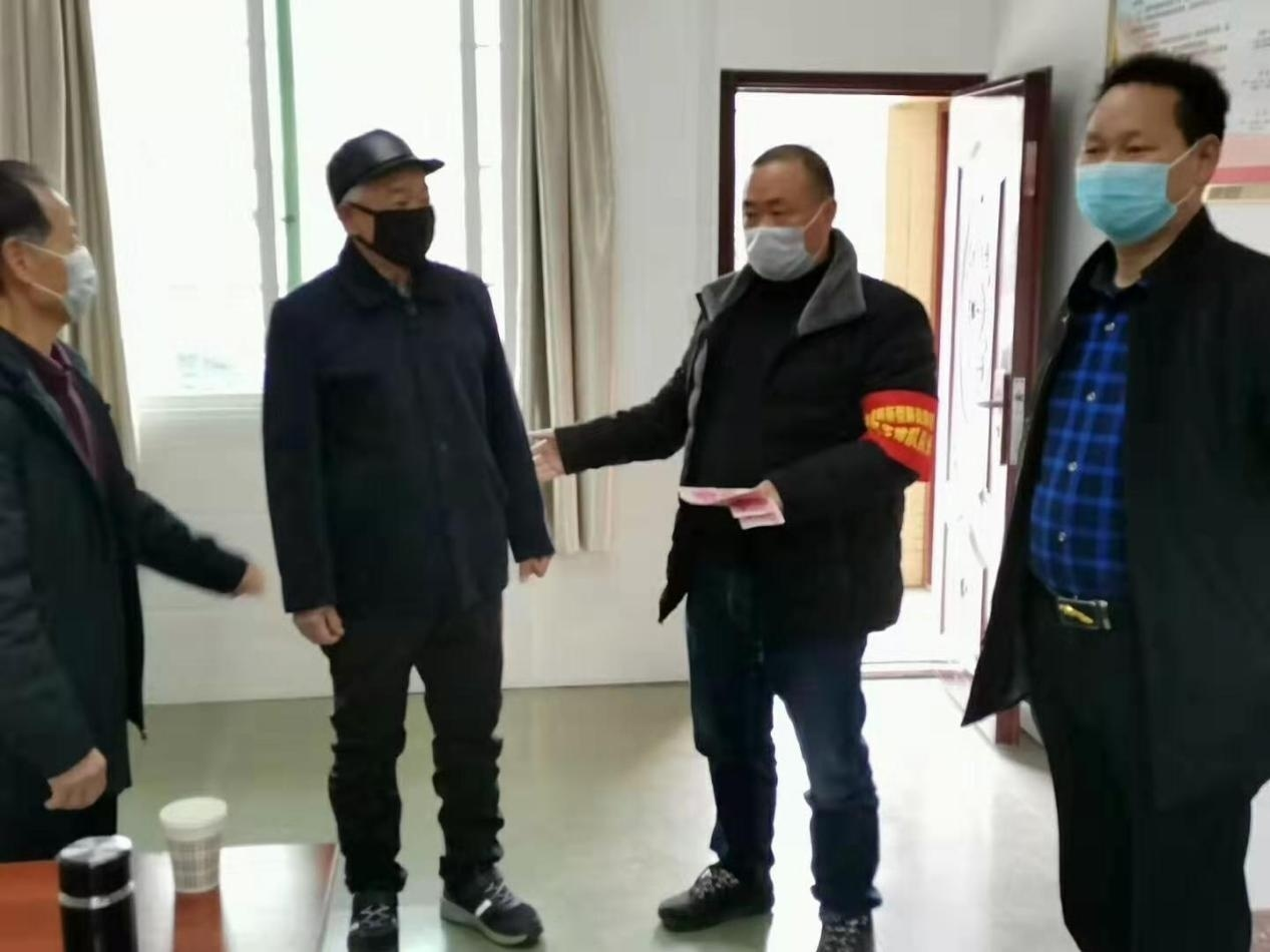 文成镇大桥村老党员张万轩(左二).png
