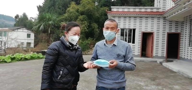 彭城镇个体户谭洁群给村民送口罩(左一).jpg
