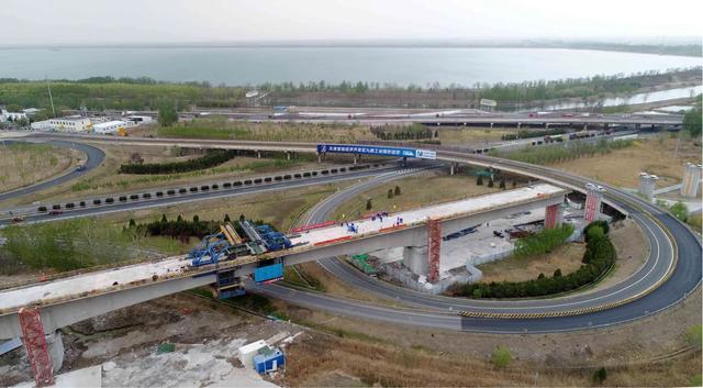 京滨高铁复工后首座百米大跨度连续梁合龙